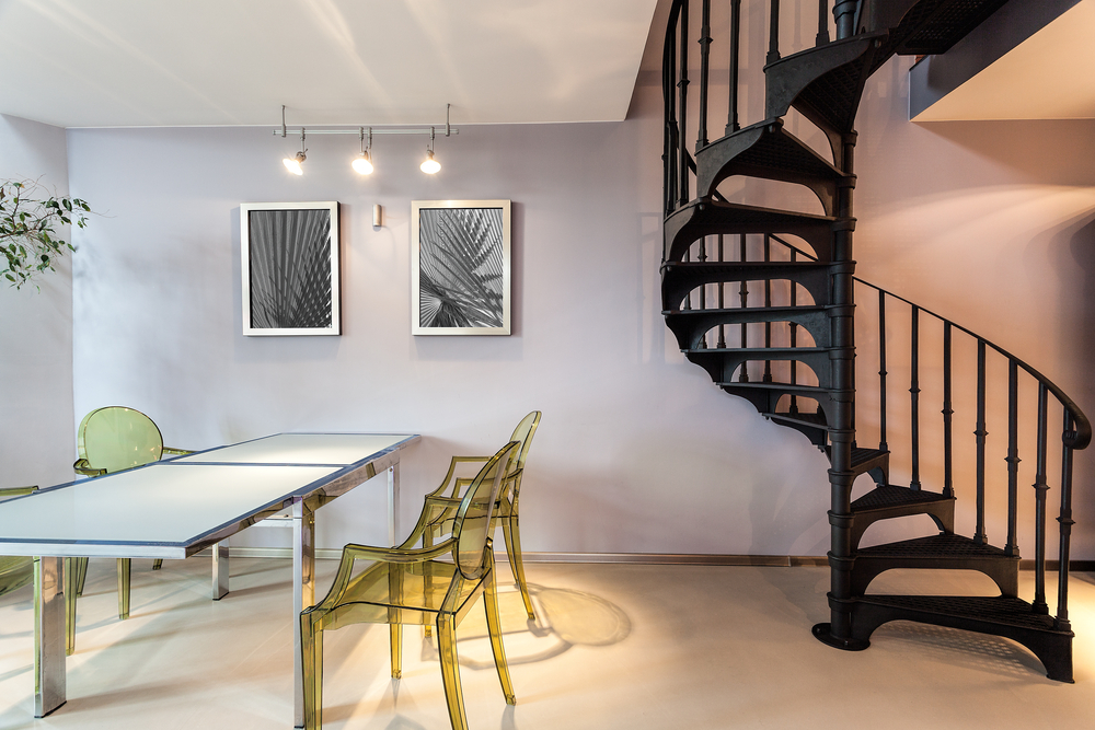 escalier en spirale dans un salon