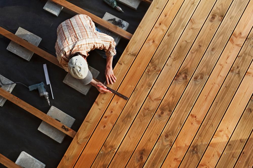 homme construisant une terrasse en bois