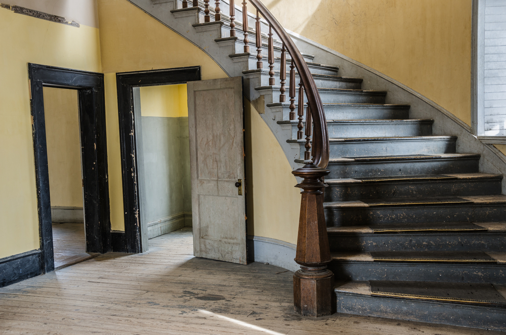 vieil escalier en bois